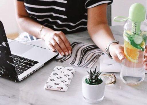 Femme travaillant à l'ordinateur afin de démontrer la productivité au travail